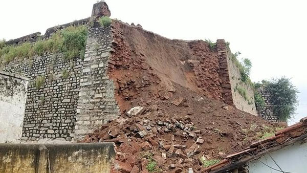 Sardar Sarvai Papannas fort collapsed due to heavy rains. Four houses were destroyed