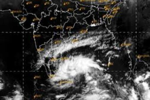 Cyclonic storm 40 km from Puducherry moving at 15 kmph