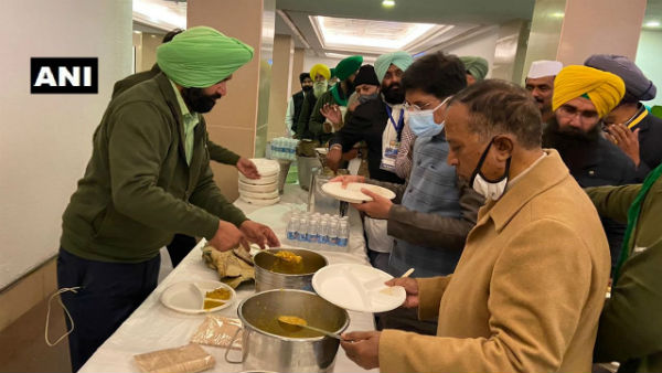 ​Government-farmers meeting: Ministers join union leaders to share langar food