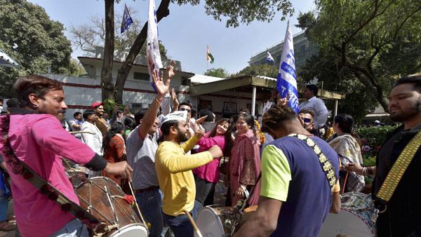 ఢిల్లీ మున్సిపల్ ఉపఎన్నికల్లో ఆమ్ ఆద్మీ జోరు... బీజేపీకి షాక్...