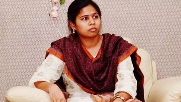 Bhuma Akhila Priyas complaint over ycp leaders forgery signatures in nominations