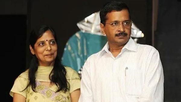 కేజ్రీవాల్ భార్యకు కరోనా పాజిటివ్: ఐసోలేషన్ లో ఢిల్లీ సీఎం అరవింద్ కేజ్రీవాల్