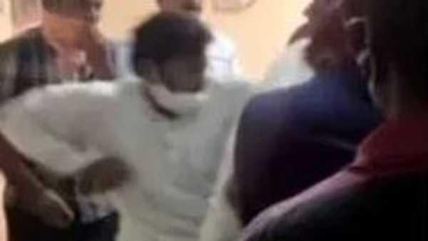 'వకీల్ సాబ్' ఫ్యాన్స్ మధ్య గొడవ... కత్తితో కానిస్టేబుల్పై దాడి... అనంతపురం థియేటర్లో రచ్చ...