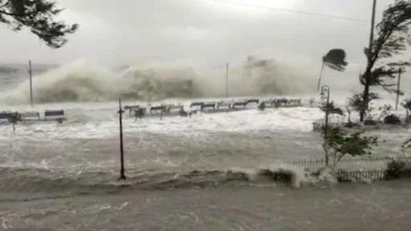 చిన్నపాటి సునామీలా Cyclone Yaas -తీరాన్ని తాకిన తుపాను -రెండు గంటలు భారీ విలయం -videos