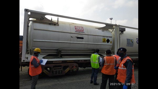 Oxygen Express: బెంగళూరులో ఆక్సిజన్ ఎక్స్ ప్రెస్ రైలు, కరోనా, ఐసీయూ కష్టాలకు బ్రేక్ !