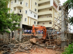 Three Die Four Hurt In Arch Collapse