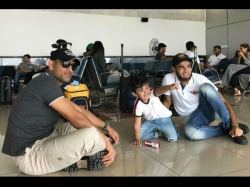 Ipl 2017 Ms Dhoni Plays With Imran Tahir S Son At Airport Video Goes Viral