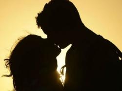 Miscreant Kisses Woman Waiting Cab Scoots
