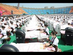 గిన్నిస్ బుక్ రికార్డు: 1000 మందికి ఒకేసారి ఫేషియల్ (ఫోటోలు)
