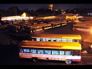 అప్పటి దాకా తగ్గం: ఏపీ, తెలంగాణల్లో ఆర్టీసీ బంద్ (పిక్చర్స్)