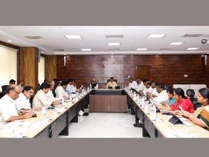 ఫోన్ ట్యాపింగ్ ఎఫెక్టా?: బెజవాడలో కేబినెట్ భేటీ, అమరావతికి మ
