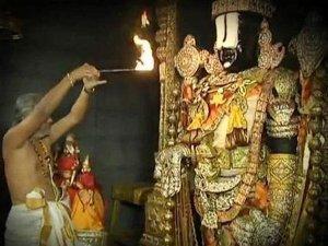 శ్రీవారి ఆభరణాలను పరిశీలిస్తున్న టిటిడి పాలకమండలి