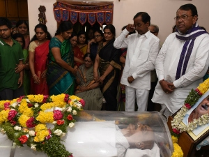 Tears Comes From Kcr Eyes After Seeing Vidyasagar Rao S Dead Body