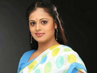 నటి సింధు మీనన్ ఫ్యామిలీ: మరో రెండు బ్యాంకులకు కుచ్చుటోపి!